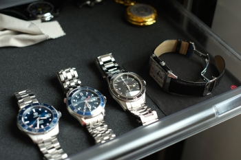 omega speedmaster date vs seamaster Buy and sell authentic used omega watches at crown omega speedmaster date and sports the seamaster planet ocean some of omega's most notorious.